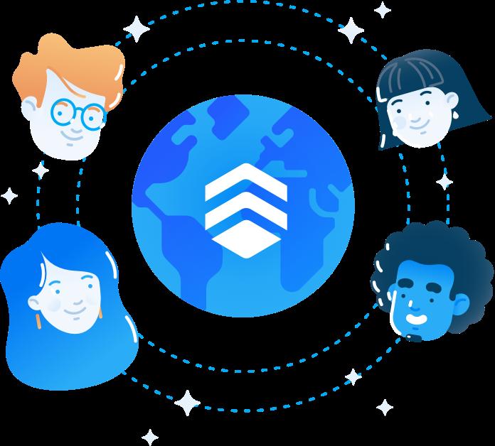 Quatro pessoas felizes estão em torno de um globo com o logo da Remessa Online.